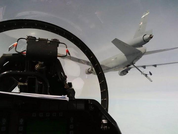 Tanker USAF bersiap melakukan aerial refueling ke F-16C TNI AU.